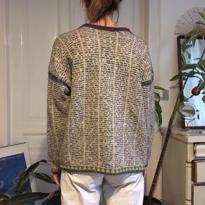 Fed strikket sweater i uld med avisprint