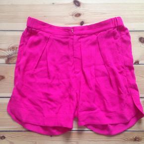 Varetype: Shorts Farve: Rød Prisen angivet er inklusiv forsendelse.  Lækre shorts fra InWear.  Style: Piasana 100% viscose  Kun brugt få gange og er derfor som nye :)
