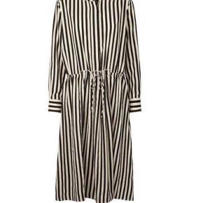 Lollys Laundry Fiona dress i de klassiske sort/hvide striber. Kan også passes af en str. S  Nypris: 799kr