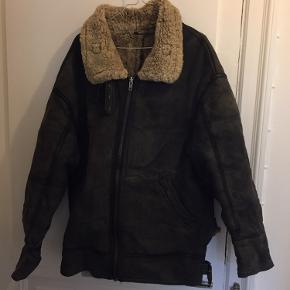 Oversize rulamsjakke perfekt til vinter! Jeg er en str 36-38, og har brugt den som en oversize jakke. Tror den svarer til en L/XL. Den er købt vintage, så læderet er ikke helt nyt, men virkelig flot. Kraven kan foldes op