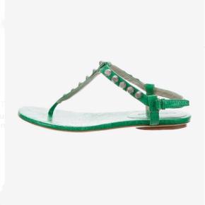 Balenciaga sandaler i grøn læder med G12 hardware i sølv  Nypris: 3.300 kr. FAST PRIS: 800 kr.  Str. 38 - almindelig i størrelsen  Ingen bytte!   Jeg handler via mobilepay, og de kan hente på Nørrebro ellers sendes med DAO for 36 kr. på købers regning. ⭐️