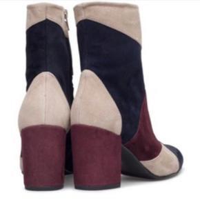 Helt nye lækre suede ankelstøvler stadig med prismærker på.   Ruskind patchwork i mørkeblå, bordeaux rød og beige.   Nypris 2400 kr.