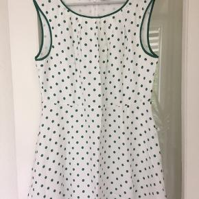 Rigtig fin sommerkjole, hvid med grønne prikker. 45% silke 55% bomuld