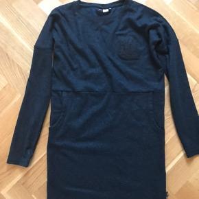 Kjole med lommer. Svagt glimmer i stoffet. Længde 81 cm Brystvidde 46*2 cm