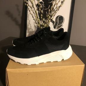Helt nye sneakers fra the ladt consparicy!  Sælges udelukkende da jeg er ved at rydde op i mit sko skab.  Aldrig brugt!