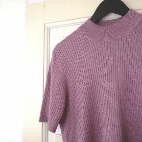 Virkelig smuk vintage Basler sweater t shirt med turtleneck/rullekrave. Med glimmer i stoffet og i rib. Den er af 84% silke, 16% polyester. Passer ca en L