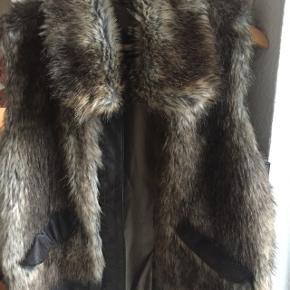 Meget fin fake fur vest med lynlås og lommer sælges..