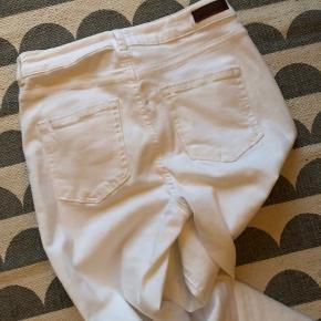 Nærmest helt nye hvide jeans fra pieces med masser af stræk. Cigaretlængde - flossede fede detaljer ved bukseben.  Byd. Bytter ikke. Køber betaler Porto og tsgebyr.  Handler gerne mobilepay.
