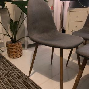 Sælger mine fine trofaste grå spisebordsstole som jeg har købt i fakta som spottilbud et par år tilbage.  4 stk 250 kr  Kan afhentes i Odense