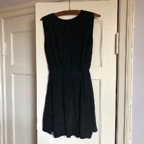 Sort kjole fra & Other Stories str. 36 - 100 % silke 💜 Fremstår som ny. Kun brugte enkelte gange.