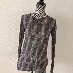 Blå/lilla mønstret hørbluse fra Isabel Marant x H&M samarbejdet. Brugt en del.  Kan afhentes i Roskilde, tages med til Odense eller sendes.