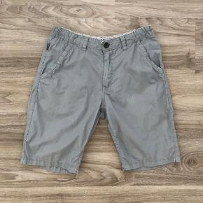 Lækre shorts fra TRN som kan bruges til hverdag eller til lidt pænere. De er udført med smalle striber i grå. Str. 152 - 158.  De ligger mellem næsten ny og GMB.   Mp: 39,- pp  Se også mine mange andre annoncer. Har virkelig  meget tøj til drenge for tiden 😊