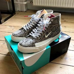 Sælger disse dead stock Nike Sb Blazer collab med Danske tøjmærke Soulland. Det er en størrelse 42,5 EUR.  Stan 10/10 aldrig gået med kun prøvet på.  Jeg har box, kvittering og bog som følger med. Skriv for mere info :)