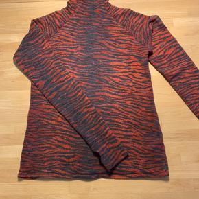 Smuk Kenzo x H&M bluse med små trykknapper i nakken. Blusen er en str 38, men lille og svarende til en str XS/S. Blusen er brugt en del, men har ud over brugsspor, ingen skader.
