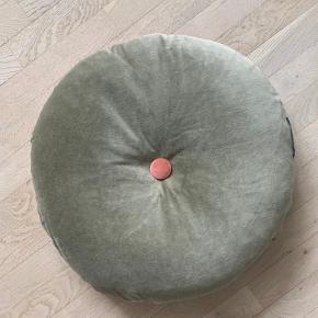 Rund Grøn/rosa Velour pude fra Christina Lundsteen med betrukket knap. Pudens ene side er i grøn velour med knap i midten betrukket med en mørk rosa velour. Den anden side er i en lys rosa farve med en grå betrukket knap.  Inkl. pudefyld Ø: 60 cm Nypris i butikkerne 900,- Sælges for 260 Kun brugt til fotostyling