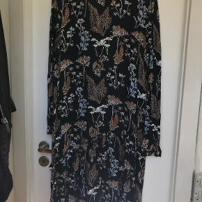 Kjole fra Pieces med print.  Kan afhentes i København K eller sendes gennem handel på Trendsales 🌸  Se også mine andre annoncer  🌸