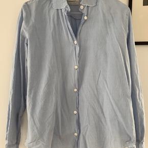 Fin let skjorte med rå kanter. Fejler intet, kan blot ikke passe den mere.