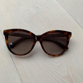 Sælger mine tortoise Gucci solbriller købt i Magasin i sommeren 2018. Kvittering haves desværre ikke længere og etuiet er meget ødelagt, men fungerer optimalt.  Der er IKKE en ridse på solbrillen, selvom det godt kan ligne på billede to 😄  Jeg har ikke billede med solbrillerne på.