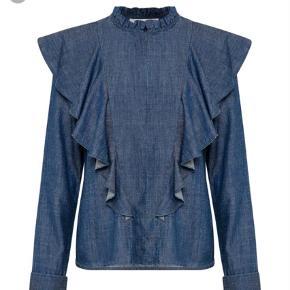 Varetype: Langærmet Farve: Blå Oprindelig købspris: 1000 kr.  Lækker skjorte , aldrig brugt , stadig med tags . Bytter ikke .   Handler gerne via mobilpay , ved ts handel kommer gebyret oven i prisen
