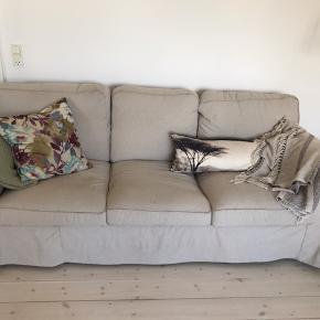 Ikea Ektorp 3-personers sofa I beige - købt i marts måned 2020  Sælges til halv pris  Betræk kan tages af og vaskes  Ingen husdyr, huller eller tydeligt slid