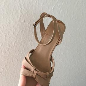 Gammelt lim ses på den ene sko, indvendigt