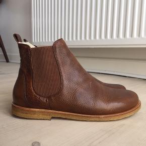 a7a2520d4bdb Super flotte brune støvler læderstøvler chelsea boots med rågummisål fra  det kvalitetsbevidste danske mærke. Angulus Støvler