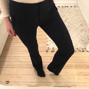 Elegante, mørkeblå workwear-bukser fra Zara - let svaj i benene. Pressefolder foran. Str. S - næsten ikke brugt ✨ #30dayssellout