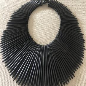 Sort Monies halskæde i sort ben. Brugt to gange. Mp. kr. 2800,- pp.