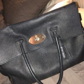 Denne flotte og meget elegante Mulberry sælger jeg som ALDRIG går af mode. En af deres mest klassiske modeller og kan bruges som ungt menneske og haves til du er en ældre kvinde og stadig være chic! Sælger den for 5000kr, hurtig handel 4500kr! Vil helt klart anbefales, meget plads i den også. Læderrens spray følger med til tasken specialiseret til den fra Mulberry som ALDRIG er blevet brugt, så helt ny!  ALT følger med; Pose, boks, dustbag & kvittering!
