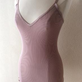 Farve: pudder rosa. 70% silke, 30% bomuld. Perfekt stand. Sendes for kr. 35,-