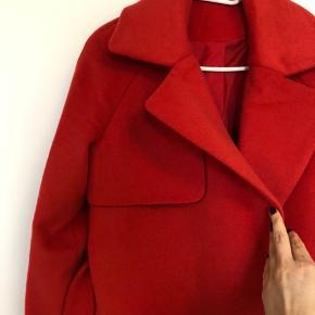 Super flot rød frakke fra Day et Birger Mikkelsen med detalje i den ene side.  Kom med et bud🌸