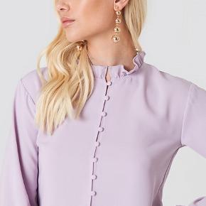 Flot skjorte med kinakrave købt på NA-KD og brugt ca 4 gange. Tjek mine andre annoncer for flere billeder af skjorten  Fri fragt i dag!
