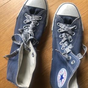 Klassiske Converse Allstars i blå med unikke snørebånd med noder på. Fin stand men lidt brugte. Prisen er fast. Køber betaler porto. Kan afhentes på Nørrebro.