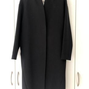 Model: Eloe Super cool jakke med bløde skuldre. Løse bindebælte.  Jakken fejler ikke noget, men trænger til at blive renset, da foret er lyst.