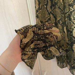 • Chiffon skjorte i slangeskindsmønster fra H&M  • Har intet slid men er brugt og vasket ca 10 gange   • Elastik ved håndleddene   • Køber betaler fragt✨
