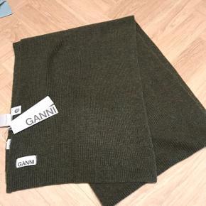 Skønt aflangt tørklæde fra Ganni i uld. Nyt med prismærke. Virkelig lækker farve til efteråret.