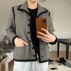 Vintage Yves Saint Laurent jakke  Fransk str. 38 / svarende til en XS eller Small Købt i en vintage butik i Paris  Jeg har aldrig selv brugt den, og standen fremstår som ny og der ses ingen fejl eller slid