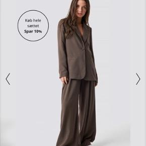 Flotte bukser fra Na-kd x Emilie Briting. Sælger dem, fordi de er for lange til mig (er 163), så de er hverken specielt brugte eller har tegn på slid 😌