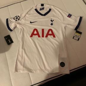 Tottenham trøje 2019/2020 med Harry Kane bagpå.  Champions league logo på begge sider af armene. Købt på Tottenham originale hjemmeside.