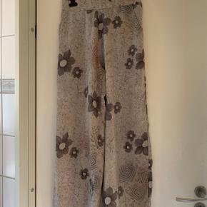 Lækre bukser fra Sidsel Edelbo med elastik i talje i beige,  brune og vissen grønne nuancer.