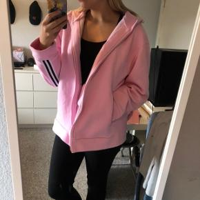 Mads Nøregaard hoodie, som er købt her på ts, jeg synes den er for stor til mig, men hvis man er til oversize er det lige noget for dig 🌸 den er ikke tilsvarende en m mere en Xl