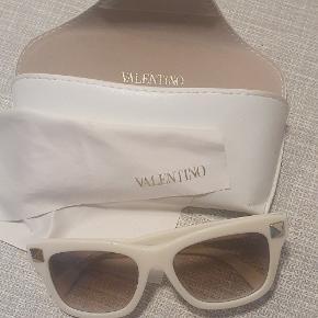 Super fede solbriller fra Valentino... de sidder SÅ godt. Har kun cover og pudseklud med...