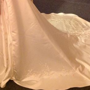 Brudekjole fra Bella Paris str 42 men syet ind til str 40. Der er dog rig mulighed for at få lagt kjolen ud igen Style cookie beading Farve ivory toffee (lys råhvid) Dekoreret med flotte mønstre og perler.  Den er lige blevet renset så den er som ny. Købt for 4900 kr i brudegården gørdin. Har stadig kvittering. Sender ikke