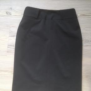 Mærke: Philosophy Blues Original Størrelse: 34 Farve: sort Materiale: 96 % Polyester og 5% Elastane Nederdelen: blankt stof. Flot klassisk nederdel Aldrig brugt  Sælges kr. 190