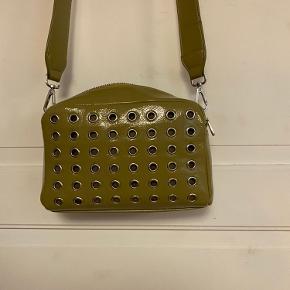 Hvisk Luster taske i Oliven gul. Fed udgået model fra hvisk, sælges da den ikke er blevet brugt, derfor i god stand. Sælges til 250 kr.  inkl. fragt.