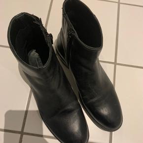 Støvler i skind, let forede. Brugt meget lidt(se foto med sålen). Lynlås på inderside. Rigtig fine.