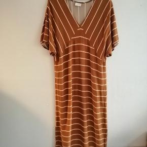 Orange / rust farvet løs kjole med striber