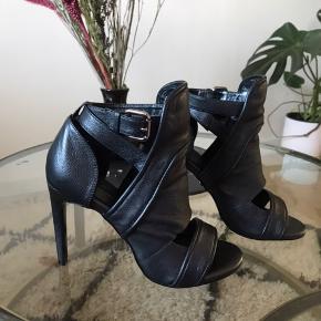 Smukke læder stilletter fra Tiger of Sweden.  Perfekte til et par jeans. Prøvet på, men aldrig brugt. Mærke sider stadig under sko. Æske haves ikke.
