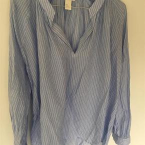 Varetype: skjorte Farve: Hvid/blå  Sender med DAO 100% bomuld