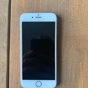 Sælger min iPhone 6s rose Gold, da jeg har købt ny telefon. Den er kun et halvt år gammelt da jeg fik udskiftet den gamle efter reparation til en sprit ny iPhone 6s 32 GB for et halvt år siden. Det er denne   Købt i power og kvittering haves.   Tilbehør medfølger ikke   Har kun en lille skramme i toppen men fejler ellers ikke noget.  Gav 3599kr nypris da jeg købte den